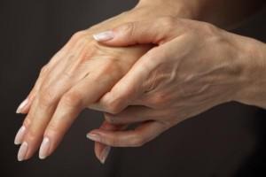 ричины какой болезни, если суставы на руках болят и опухают суставы