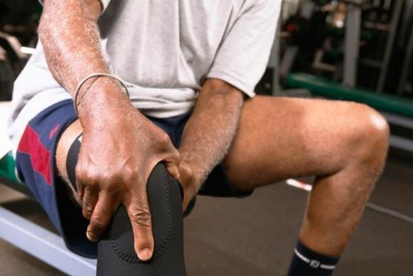 Щелчки в коленном суставе при ходьбе и разгибании: причины, лечение